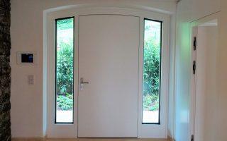 Haustüre weiß innen mit Steinmauer web1