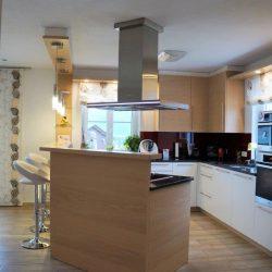 Küche mit hocker